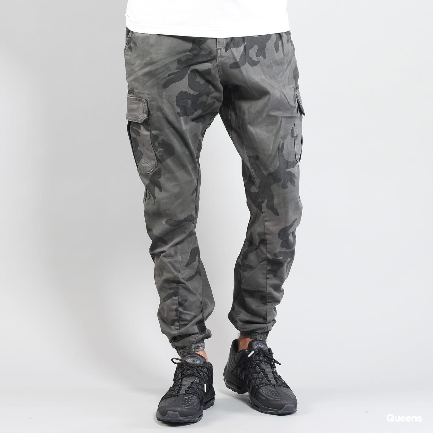 Urban Classics Camo Cargo Jogging Pants camo tmavošedé