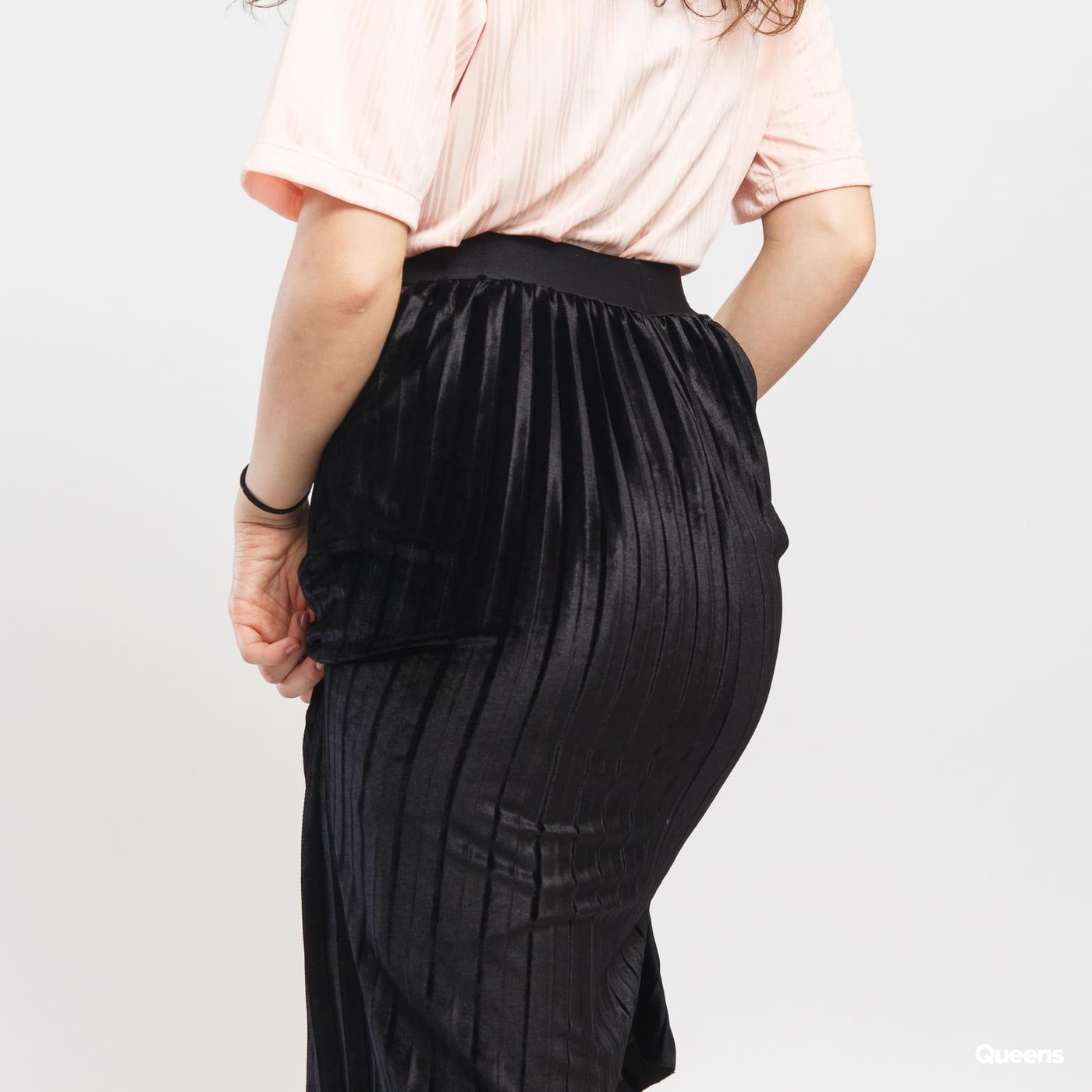 Urban Classics Ladies Velvet Plisse Skirt čierna