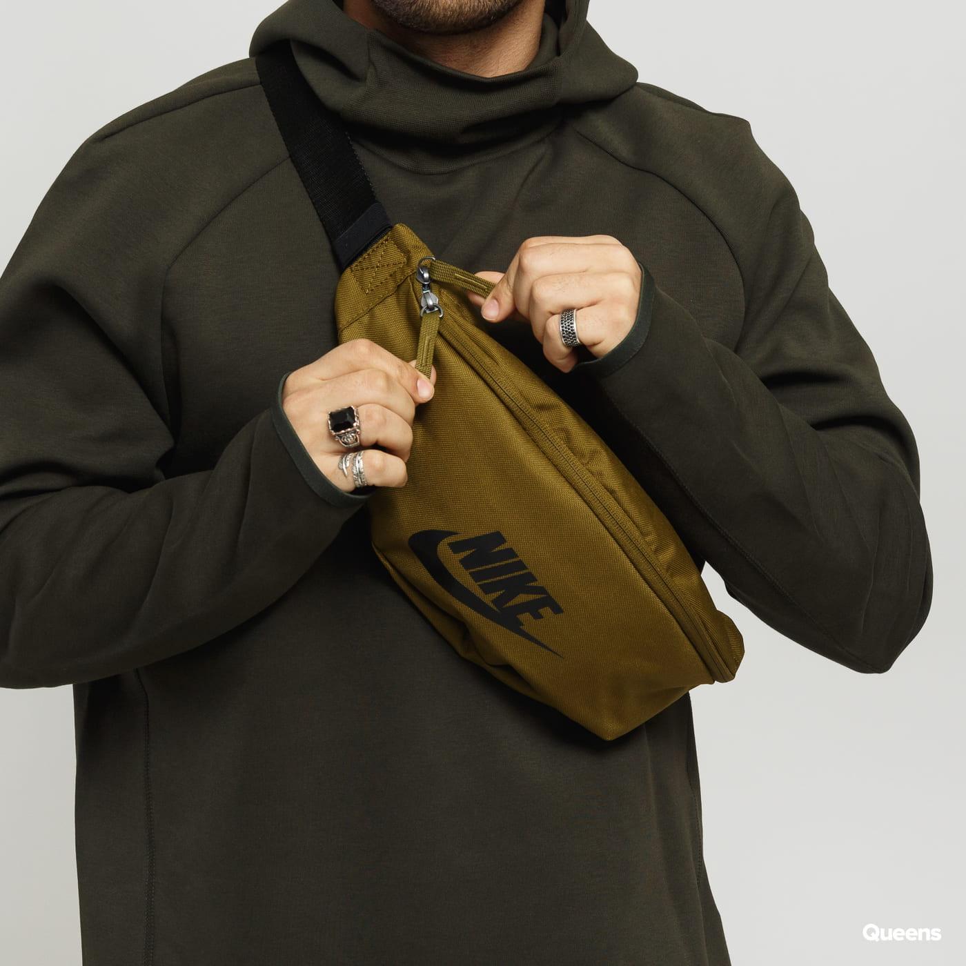 Nike NK Heritage Hip Pack dunkeloliv / schwarz