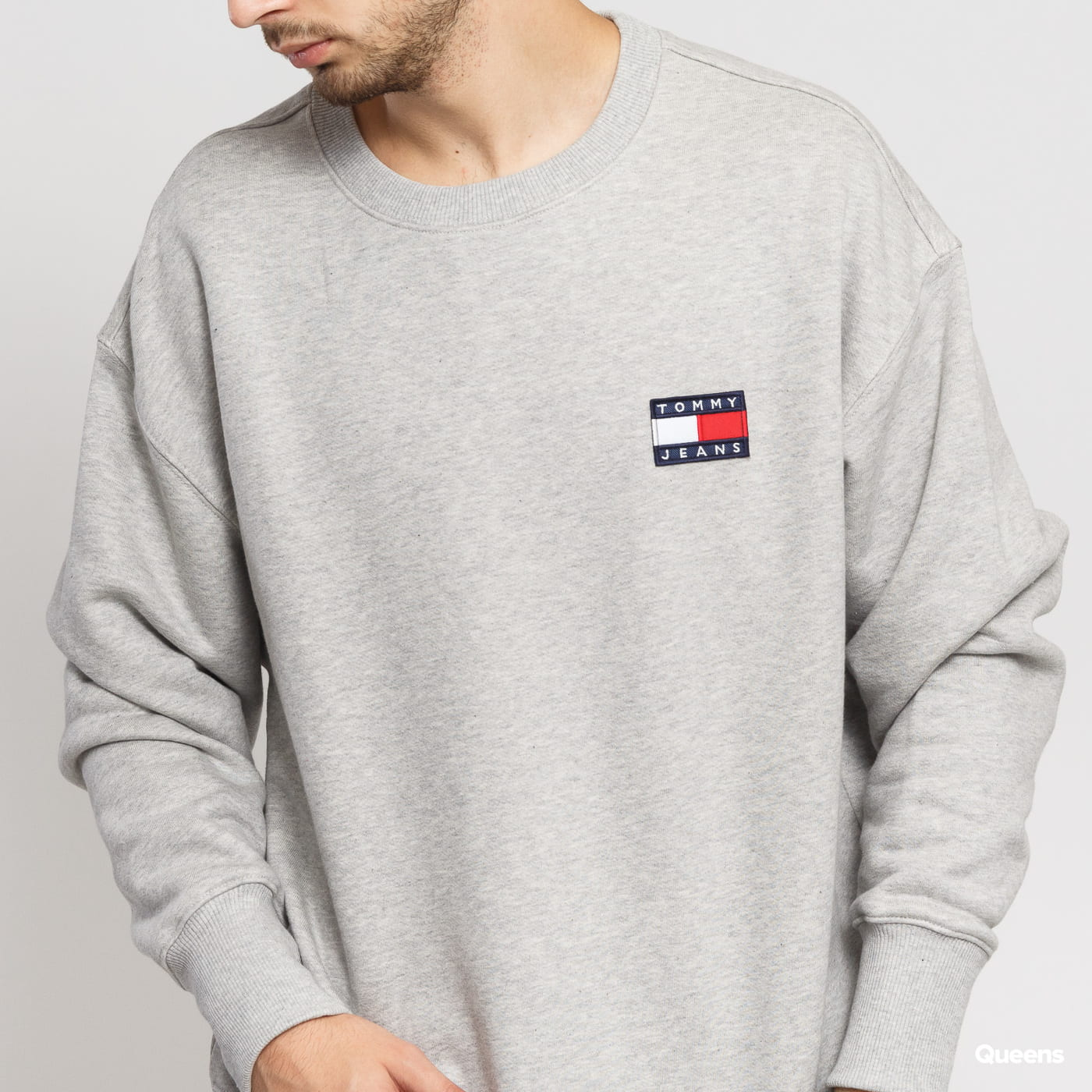 TOMMY JEANS M Tommy Badge Crew šedá