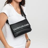 CALVIN KLEIN JEANS Sculpted Envelope Sling černá