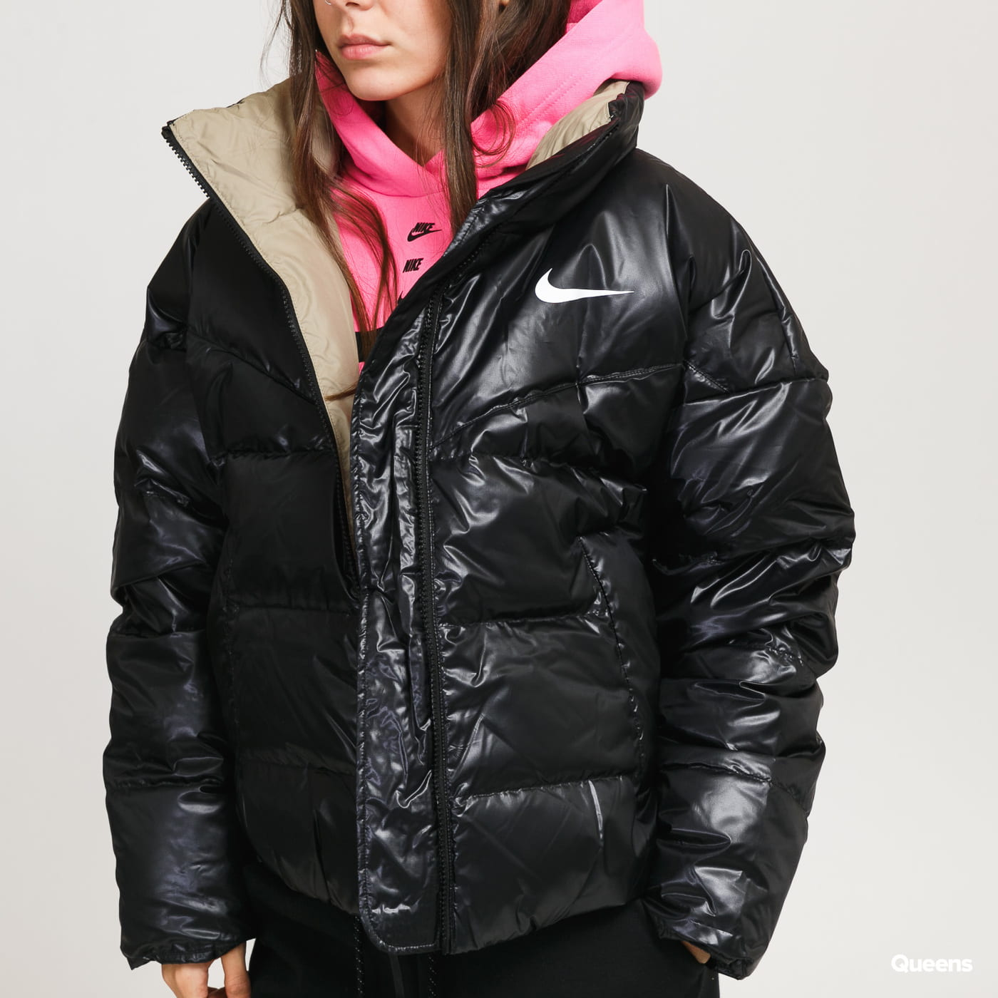 Nike This black women's jacket from Nike combines a light construction with down filling and guarantees you'll move outside freely even in January temperat This black women's jacket from Nike combines a light construction with down filling and guarantees you'll move outside freely even in January temperat